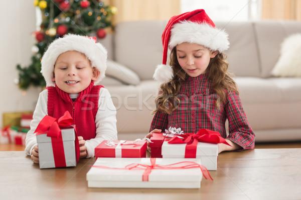 ünnepi testvérek mosolyog ajándékok otthon nappali Stock fotó © wavebreak_media