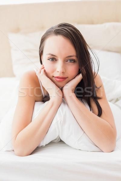 Mooie brunette glimlachend camera bed home Stockfoto © wavebreak_media