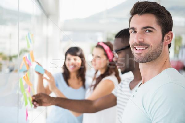 Uśmiechnięty partnerów czytania karteczki biuro spotkanie Zdjęcia stock © wavebreak_media