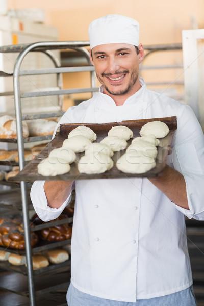 Lächelnd Bäcker halten Fach Küche Stock foto © wavebreak_media