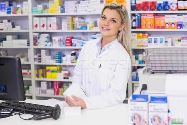 Pharmacien regarder caméra médecine hôpital Photo stock © wavebreak_media