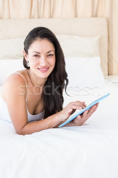 Dość brunetka dotknąć kanapie domu Zdjęcia stock © wavebreak_media