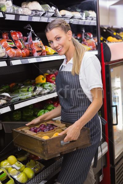 Csinos szőke nő hordoz dobozok friss zöldségek áruház Stock fotó © wavebreak_media