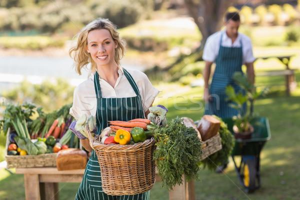 Souriant agriculteur femme légumes panier Photo stock © wavebreak_media