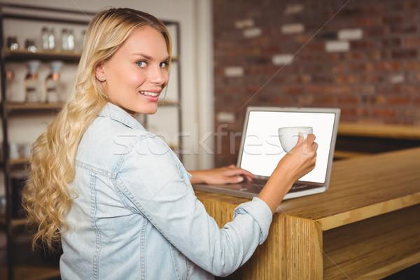 Zdjęcia stock: Uśmiechnięty · kawy · za · pomocą · laptopa · portret · kawiarnia