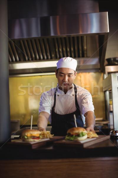 Chef plateau frites françaises Burger ordre gare Photo stock © wavebreak_media