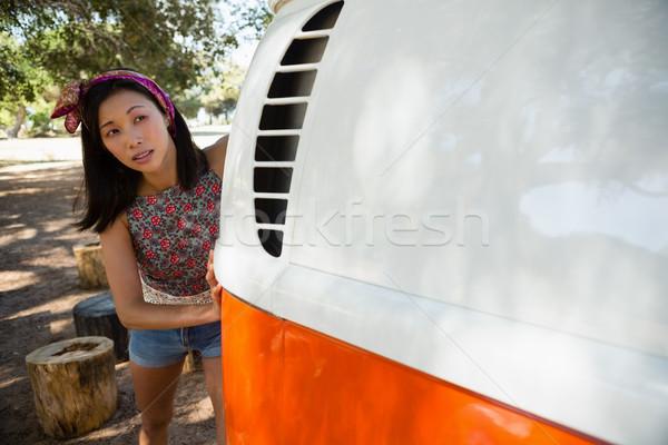 Vrouw voortvarend kampeerder van park jonge vrouw Stockfoto © wavebreak_media