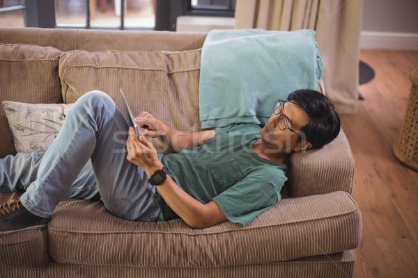 Man digitale tablet woonkamer home internet Stockfoto © wavebreak_media