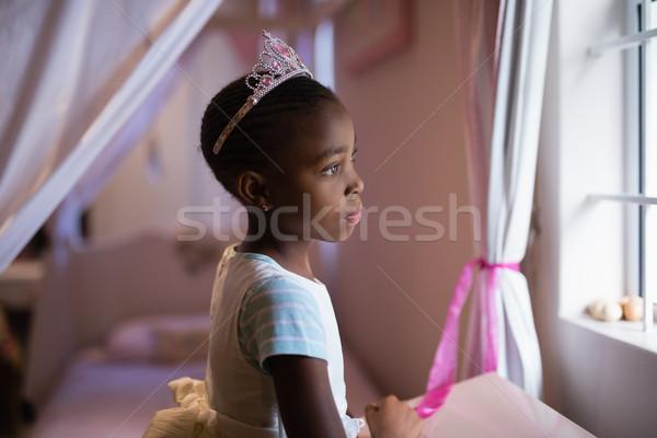 Widok z boku zamyślony dziewczyna korony stałego Zdjęcia stock © wavebreak_media
