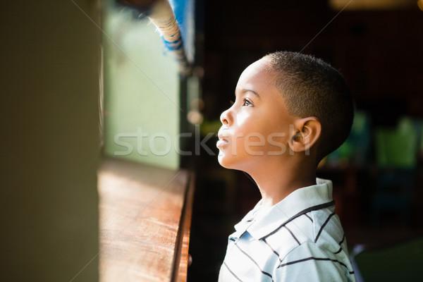 Nadenkend jongen naar venster home liefde Stockfoto © wavebreak_media