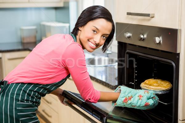 Mujer sonriente pie casa cocina femenino Foto stock © wavebreak_media