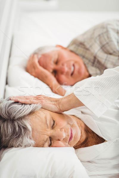 Altos mujer orejas hombre cama Foto stock © wavebreak_media