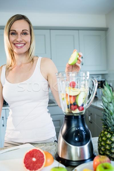 Bastante mujer rubia zalamero receta portátil cocina Foto stock © wavebreak_media