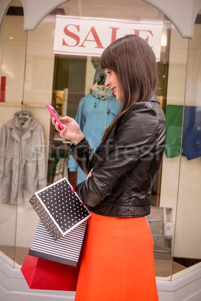 Gyönyörű nő ablak vásárlás telefon vásár boldog Stock fotó © wavebreak_media