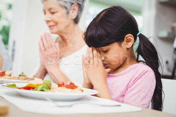 бабушка внучка молиться обеденный стол домой женщину Сток-фото © wavebreak_media