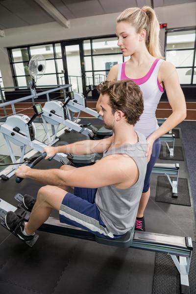 Femenino entrenador hombre remo máquina gimnasio Foto stock © wavebreak_media