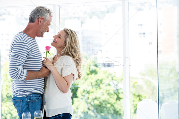 Widok z boku romantyczny dojrzały para stałego Zdjęcia stock © wavebreak_media