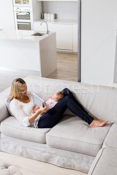 Moeder tonen digitale baby woonkamer home Stockfoto © wavebreak_media