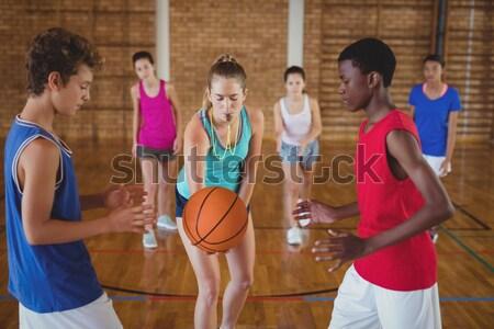 Escola secundária crianças começar jogar quadra de basquete mulher Foto stock © wavebreak_media