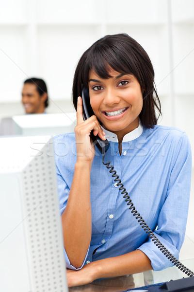 Pozytywny etnicznych kobieta interesu telefonu biuro działalności Zdjęcia stock © wavebreak_media