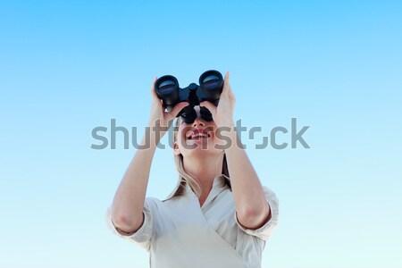 Zdziwiony kobieta interesu patrząc lornetki odizolowany biały Zdjęcia stock © wavebreak_media