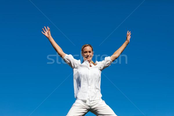 Portret cute vrouw springen lucht outdoor Stockfoto © wavebreak_media
