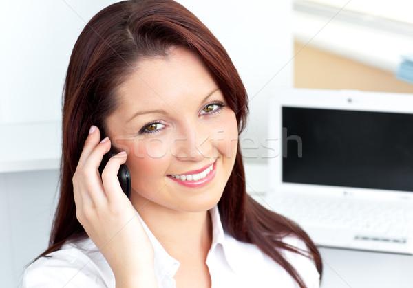 Stockfoto: Aantrekkelijk · kaukasisch · zakenvrouw · praten · telefoon · glimlachend