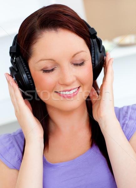женщину слушать музыку домой улыбка счастливым Сток-фото © wavebreak_media