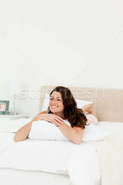 Mujer bonita relajante casa cama almohada mujer Foto stock © wavebreak_media