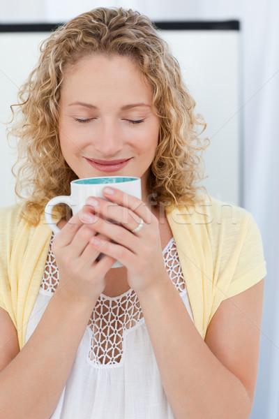 красивая женщина питьевой чай кухне домой женщину Сток-фото © wavebreak_media