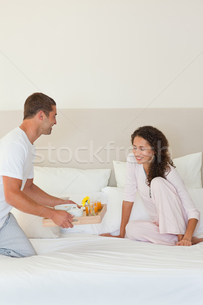 Férfi reggeli feleség ágy virág mosoly Stock fotó © wavebreak_media