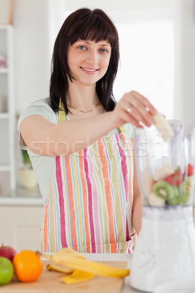 Bonne recherche brunette femme légumes mixeur permanent Photo stock © wavebreak_media