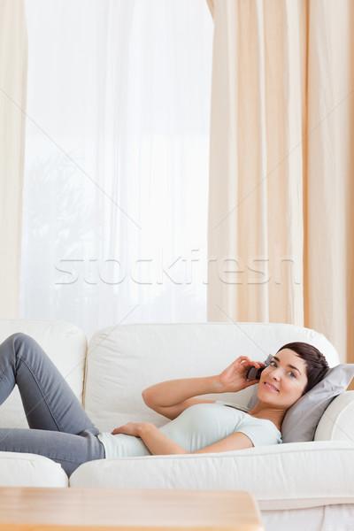 брюнетка призыв диван гостиной дома счастливым Сток-фото © wavebreak_media