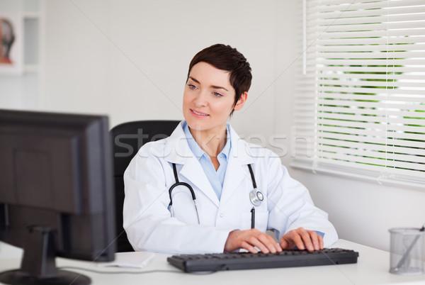 очаровательный врач набрав компьютер служба бизнеса Сток-фото © wavebreak_media