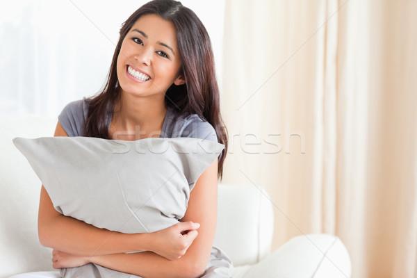 Sorrindo travesseiro brasão olhando câmera sala de estar Foto stock © wavebreak_media