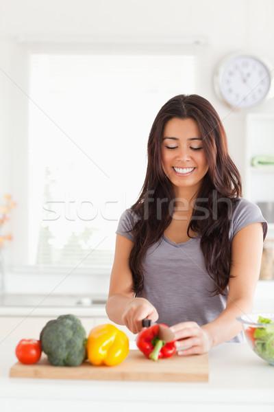 Di bell'aspetto donna cottura verdura piedi cucina Foto d'archivio © wavebreak_media