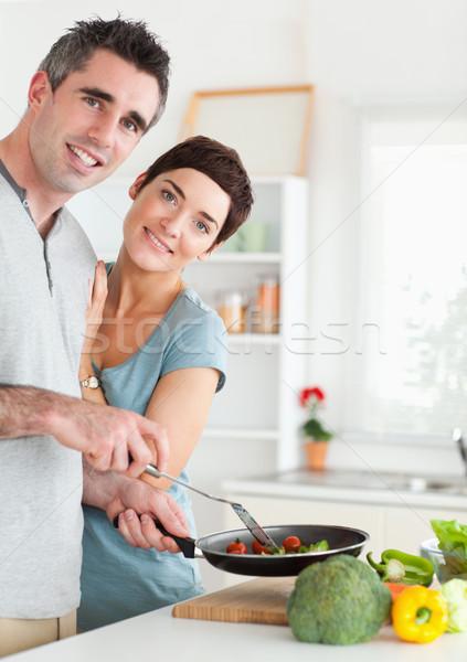 Przepiękny kobieta mąż patrząc kamery kuchnia Zdjęcia stock © wavebreak_media