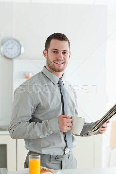 Portret glimlachend zakenman lezing nieuws ontbijt Stockfoto © wavebreak_media