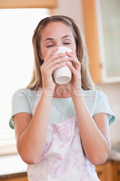 Retrato mujer potable taza té Foto stock © wavebreak_media