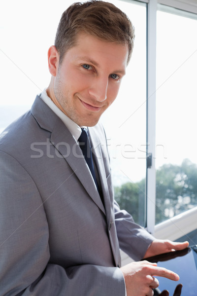 Sorridente empresário comprimido janela negócio céu Foto stock © wavebreak_media