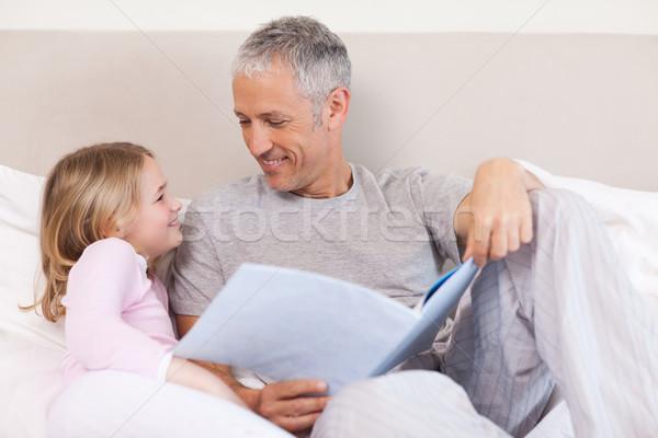 Сток-фото: счастливым · отец · чтение · история · дочь · спальня