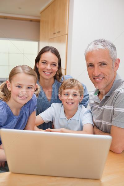 портрет очаровательный семьи используя ноутбук кухне дома Сток-фото © wavebreak_media