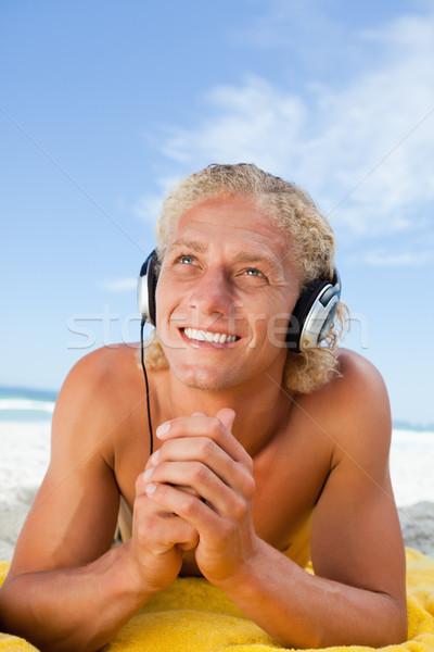Uśmiechnięty człowiek słuchanie muzyki zestawu ręce Zdjęcia stock © wavebreak_media