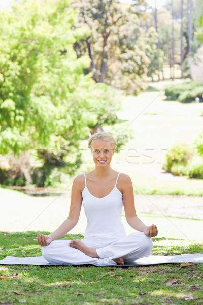 Stok fotoğraf: Gülen · genç · kadın · oturma · yoga · pozisyon · park
