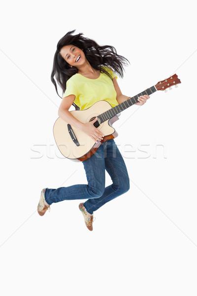 Jeunes femme guitare sautant blanche Photo stock © wavebreak_media