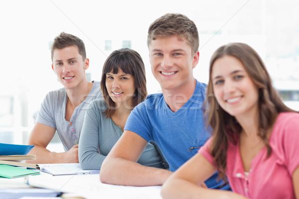 Groupe de gens regarder caméra écrit lecture Homme Photo stock © wavebreak_media