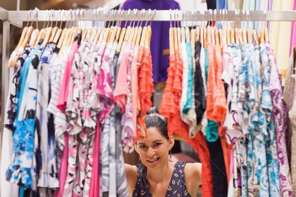 Nő áll mögött ruhaakasztó bolt mosolygó nő Stock fotó © wavebreak_media