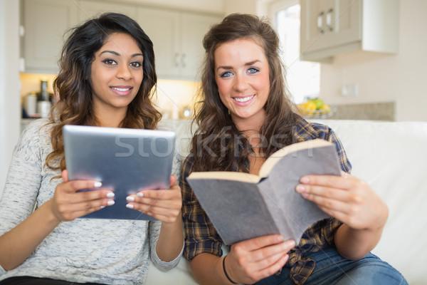 笑みを浮かべて 女の子 読む 図書 ストックフォト © wavebreak_media