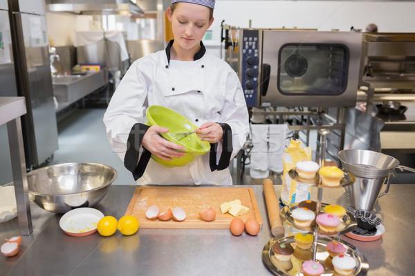 Mujer cocina mirando concentrado manos torta Foto stock © wavebreak_media