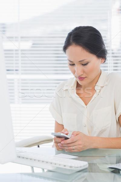 Kobieta interesu sms komputera biurko zagęszczony młodych Zdjęcia stock © wavebreak_media